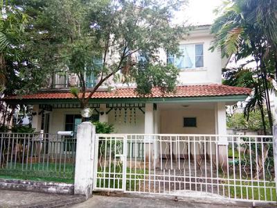 6A90896 ให้เช่าบ้านเดี่ยว 2 ชั้น  พื้นที่ 55 ตารางเมตร มี 3 ห้องนอน 2 ห้องน้ำ 1 ห้องครัว จอดรถได้ 1 คัน ราคา 25,000 บาทต่อเดือน